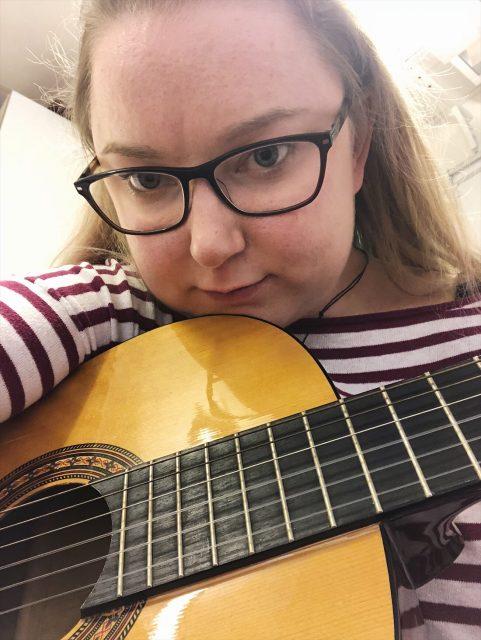 Gitarrspelande fiolfröken och naprapatknådning
