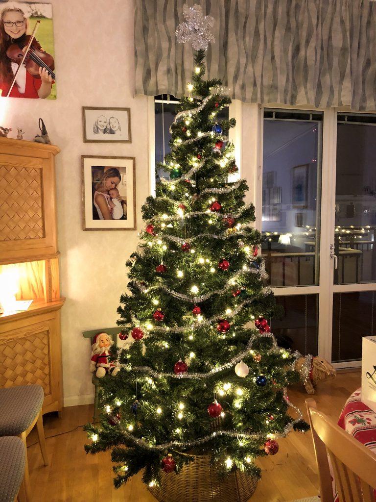 Färdigklädd julgran