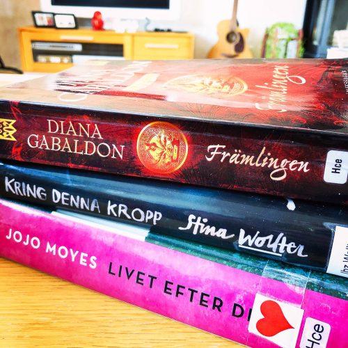 Hög med biblioteksböcker - Amoll.net