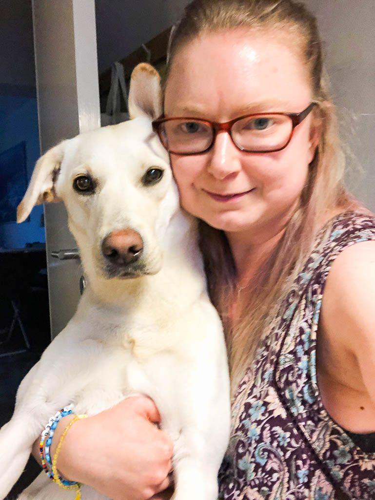 Knähund som behövde få lite kärlek innan sovdags - Amoll.net